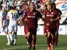 SPARŤANSKÁ RADOST. Fotbalisté Sparty se radují ze vstřeleného gólu. V popředí