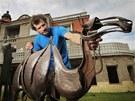 Umělecký kovář Ludovít Strela se sochou velblouda, kterou si u něj objednalo