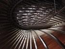 Dřevo kombinuje architekt s ocelovými vazníky, vše působí dojmem neustálého