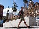 Obří betonové květináče na chodnících překážejí.