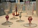 Exponáty z výstavy Šumavské poklady - sklo ze soukromých sbírek na zámku ve