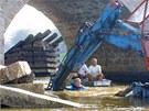 Rozbouřená Otava strhla v srpnu 2002 z Kamenného mostu v Písku zábradlí i