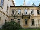 Jedna z budov opu�t�n�ho l�ze�sk�ho komplexu v J�nsk�ch Koupel�ch na V�tkovsku. Cel� are�l je na prodej.