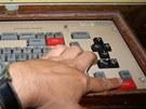 Řídící pult v 11. podzemním patře velitelského kontejneru. Za touto klávesnicí