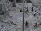 Z�b�r ukazuje obyvatele p�ed zdemolovan�m domem v Homsu (11. srpna 2012)