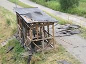 Dřevěná bouda, kterou v červenci 2010 muž odpálil u řeky Odry