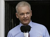 Julian Assange p�edn�� sv� prohl�en� na balkon� ekv�dorsk� ambas�dy v