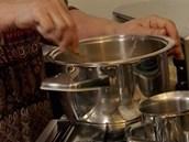 Směs míchejte ve vodní lázni (můžete si ji přelít do mlékovaru jako Italova...