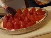 Jahodový džem lehce ohřejte, aby byl tekutější a jahody  s ním potřete.