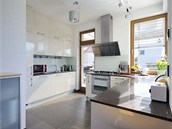 Kuchy� je vybavena st��zlivou linkou vyrobenou z lakovan�ch MDF desek, pracovn�