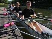 Mladí vesla�i olomouckého vesla�ského klubu p�i tréninku na �ece Morav�.