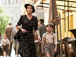 So�a Norisov� s Filipem Antoniem p�i nat��en� filmu Ve st�nu