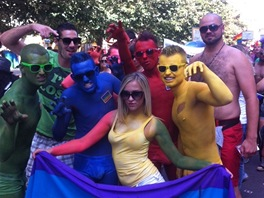 ��astn�ci pochodu homosexu�l� Prague Pride, kter� pro�el centrem metropole od