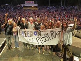 Podpora vězněným Pussy Riot od Open Air Music Festivalu Trutnov 2012 - zleva