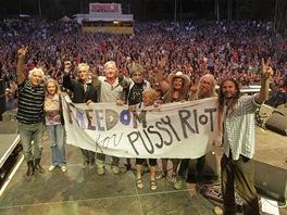 Podpora v�zn�n�m Pussy Riot od Open Air Music Festivalu Trutnov 2012 - zleva