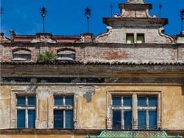 Kontrast mezi opravenými a zchátralými domy v historickém centru Hradce Králové.