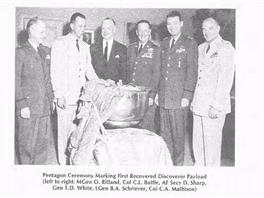 Pentagon slaví první získání předmětu poslaného z kosmu: kapsle ze satelitu