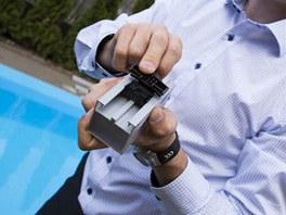 Plastové spony  s pružinou, která absorbuje příčnou dilataci desek.