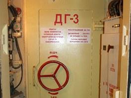 Do velitelského kontejneru se vchází přes tyto přetlakové dveře. Za nimi je