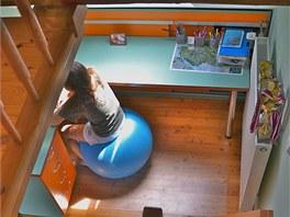 Točité masivní dřevěné schodiště spojuje pracovní a obývací část pokoje se