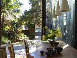 Každý úhel pohledu je obyvatelům příjemný. Pohled do zahrady od jídelního stolu.