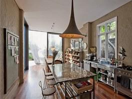 Kuchyň je propojená s jídelním koutem a se zahradou.