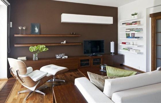 Dominantou obývacího pokoje je Lounge Chair Charlese Eamese značky Vitra.