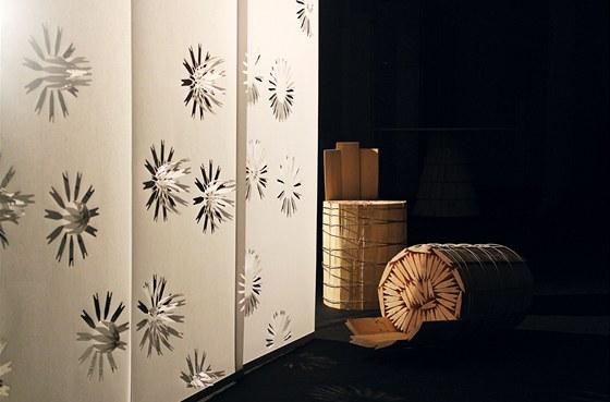 Textilní panel z ručního papíru s prostorovými motivy květin