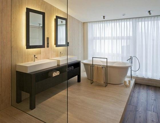V koupelně majitelů je také použit travertin a jasanové dřevo. Oba dva