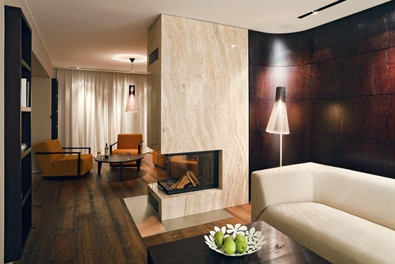 Dominantní krb tvoří předěl mezi doutníkovým klubem a klasickou obývací zónou s