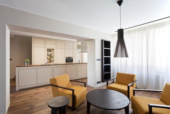 Kuchyň ze světlého jasanu poskytuje dostatek úložných prostor. Působí jemným