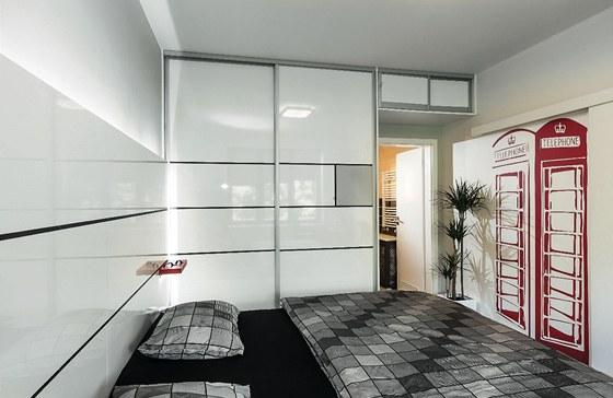 V ložnici oddělené od obývacího pokoje posuvnými dveřmi je Zbyškův