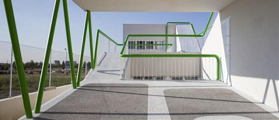 Na střeše obytné části vznikla terasa pro dvě automobilová stání.