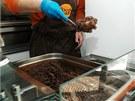 Fazole se přemístí z termosu do gastronádob na vydávání.