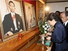 Pak Kun-hje zapaluje sv�ci p�ed portr�ty sv�ch zavra�d�n�ch rodi�� (25. b�ezna