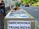 Lidé se koupou v betonových truhlících na pražském Smíchově.