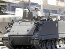 ZVLÁDNOU KRIZI? Libanonští vládní vojáci jedou ulicí, která v Tripolisu