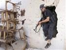 SEKTÁŘSKÝ BOJ Ozbrojenec ze sunnitské čtvrti libanonského Tripolisu. Bojují tu