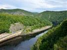 Výhled z hráze Slapské přehrady, největší skála na snímku je Skalisko Bednář,