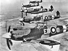 Zbraň, které se piloti luftwaffe naučili bát, dostali letci RAF v podobě elegantní stíhačky Spitfire (na snímku formace letounů Spitfire Mk.XII ze 41. stíhací perutě). Výkonný a dobře vyzbrojený stroj, který se stal páteří stíhacích sil RAF po stíhačce Hurricane, sedlali i piloti československých perutí.