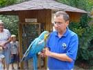 �editel chlebsk� zoo Ren� Fran�k s papou�kem ara, kter� je zvykl� na p��m�...
