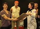 Ředitelka Supraphonu Iva Milerová předává skupině Red Hot Chili Peppers zalou