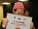 Kytarista skupiny Red Hot Chili Peppers Josh Klinghoffer s zlatou deskou firmy