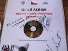 Zlatá deska Supraphonu s podpisy členů Red Hot Chili Peppers