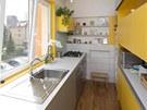 Majitelka si přála veselé barvy, to jí kuchyně na míru splnila. Keramický