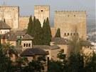 Komplex paláců se vypíná vysoko nad městem.