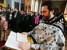 Otec Nikolaj při bohoslužbě v pravoslavném chrámu svatého Petra a Pavla v
