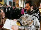 Otec Nikolaj p�i bohoslu�b� v pravoslavn�m chr�mu svat�ho Petra a Pavla v