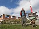 Turista u rozestavěné Bezručovy chaty na Lysé hoře.