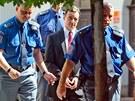 Poslanec David Rath je veden o želízkách k soudu, který rozhodoval o jeho propuštění z vazby (20. srpna, 2012)